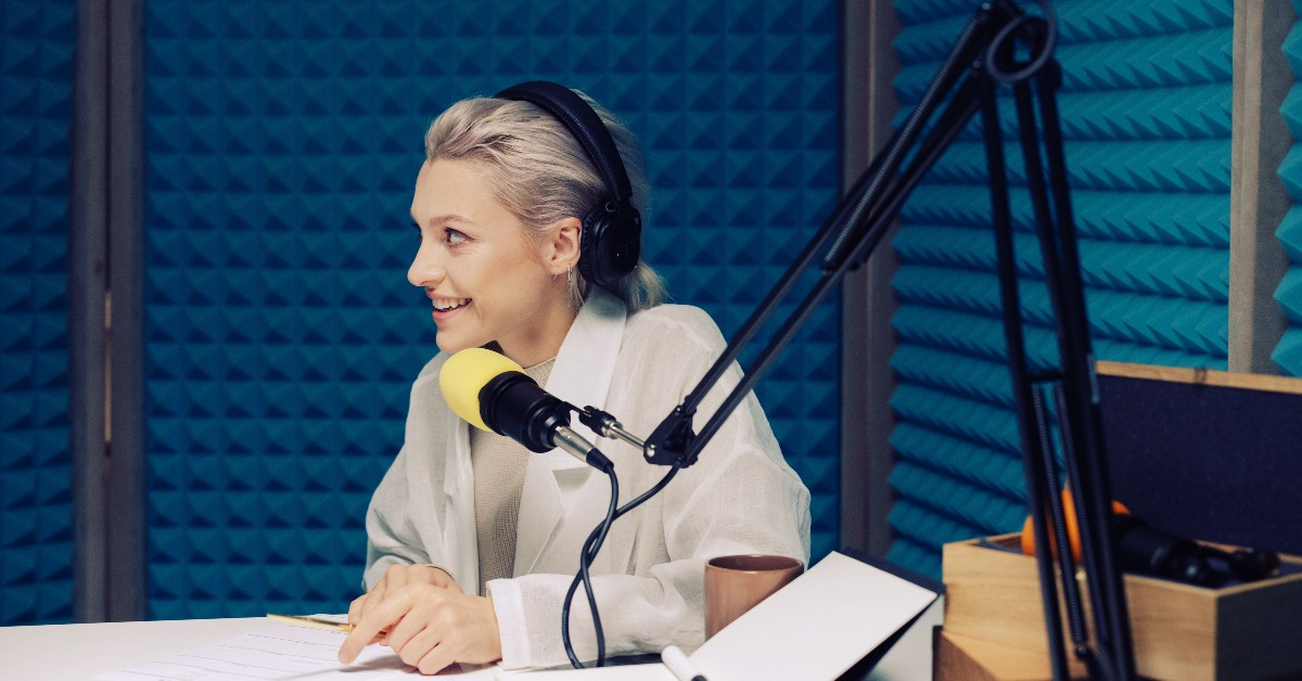 woman-wearing-headphones-speaking-into-mic-podcast-episode-formats
